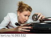 Купить «Женщина с патефоном», фото № 6093532, снято 12 июня 2013 г. (c) Михаил Ворожцов / Фотобанк Лори