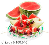 Купить «Салат с фруктами на шпажках с листиками мяты», фото № 6100640, снято 19 июня 2014 г. (c) Ирина Денисова / Фотобанк Лори