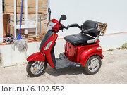 Купить «Современный электрический трехколесный скутер на городской улице», фото № 6102552, снято 25 мая 2019 г. (c) Vladimir Sviridenko / Фотобанк Лори