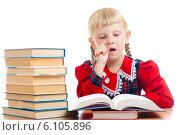 Купить «Девочка думает над домашним заданием», фото № 6105896, снято 5 августа 2012 г. (c) Владимир Сурков / Фотобанк Лори