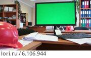 Купить «Рабочее место инженера-проектировщика с зеленым экраном монитора», видеоролик № 6106944, снято 7 июля 2014 г. (c) Кекяляйнен Андрей / Фотобанк Лори