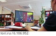 Купить «Инженер на рабочем месте проектирует на компьютере», видеоролик № 6106952, снято 7 июля 2014 г. (c) Кекяляйнен Андрей / Фотобанк Лори