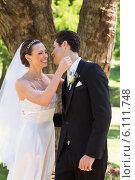 Newly wed couple about to hug in garden. Стоковое фото, агентство Wavebreak Media / Фотобанк Лори