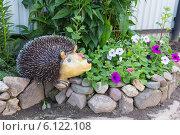 Купить «Фигурка ежика на садовой клумбе», эксклюзивное фото № 6122108, снято 14 июля 2012 г. (c) Юрий Шурчков / Фотобанк Лори