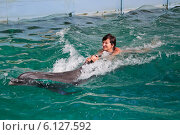 Купить «Женщина катается на дельфине», эксклюзивное фото № 6127592, снято 31 июля 2012 г. (c) Алёшина Оксана / Фотобанк Лори