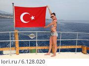 Купить «Девушка на палубе Турецкого судна. Девушка с турецким флагом на корме яхты», эксклюзивное фото № 6128020, снято 28 мая 2014 г. (c) Валерий Митяшов / Фотобанк Лори