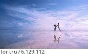 Мужчина и женщина прыгают на озере Эльтон, Волгоградская область (2014 год). Стоковое фото, фотограф Виктор Водолазький / Фотобанк Лори