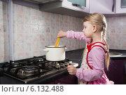 Купить «Девочка на кухне готовит спагетти», фото № 6132488, снято 15 октября 2018 г. (c) Владимир Сурков / Фотобанк Лори