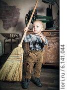 Купить «Маленький мальчик с метлой в комнате», фото № 6141044, снято 2 марта 2014 г. (c) Анна Лурье / Фотобанк Лори