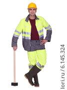 Купить «Builder posing with sledge-hammer», фото № 6145324, снято 13 декабря 2010 г. (c) Phovoir Images / Фотобанк Лори