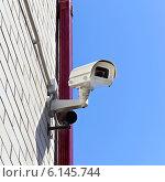 Купить «Камера видеонаблюдения на стене здания», фото № 6145744, снято 4 мая 2012 г. (c) Юрий Плющев / Фотобанк Лори