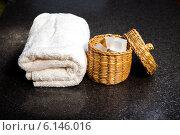 Мыло в корзинке и банное полотенце на темном столе. Стоковое фото, фотограф Виктор Аксёнов / Фотобанк Лори