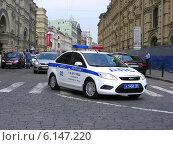 Купить «Полицейский втомобиль 1 СБ ДПС ГИБДД на спецтрассе двигается по улице Ильинке в Москве», эксклюзивное фото № 6147220, снято 30 мая 2014 г. (c) lana1501 / Фотобанк Лори
