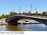 Лужков мост (мост Любви) через Водоотводный канал, Москва (2014 год). Редакционное фото, фотограф Валерия Попова / Фотобанк Лори