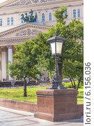 Купить «Декоративный чугунный уличный фонарь-торшер в сквере у Большого театра в Москве», фото № 6156036, снято 1 июля 2014 г. (c) Владимир Сергеев / Фотобанк Лори