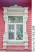Купить «Окно с резными наличниками в русском деревянном доме», фото № 6162208, снято 17 июля 2014 г. (c) Julia Shepeleva / Фотобанк Лори
