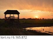 Колодец на фоне заката солнца. Стоковое фото, фотограф Яна Зайцева / Фотобанк Лори