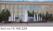 Вечерний городской фонтан в Новосибирске у Государственной публичной научно-технической библиотеки СО РАН (2014 год). Редакционное фото, фотограф Sergey Kiselev / Фотобанк Лори
