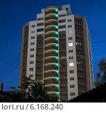 Вечерний городской пейзаж в Новосибирске. Ночной фасад нового дома (2014 год). Редакционное фото, фотограф Sergey Kiselev / Фотобанк Лори