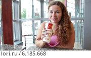 Купить «Молодая женщина пьет газированный сладкий напиток в ресторане Макдональдс», видеоролик № 6185668, снято 22 июля 2014 г. (c) Кекяляйнен Андрей / Фотобанк Лори