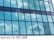 Небо отражается в стеклянном фасаде здания. Стоковое фото, фотограф Сергей Гойшик / Фотобанк Лори