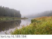 Купить «Туманное осеннее утро на реке», фото № 6189184, снято 10 сентября 2013 г. (c) Скудова Елена / Фотобанк Лори