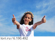 Купить «Девочка на фоне неба», фото № 6190492, снято 11 июня 2014 г. (c) Ирина Здаронок / Фотобанк Лори
