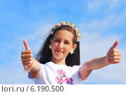 Купить «Девочка на фоне неба», фото № 6190500, снято 11 июня 2014 г. (c) Ирина Здаронок / Фотобанк Лори