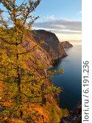 Вид на побережье острова Ольхон на озере Байкал с мыса Шунтэ-Левый, Россия. Стоковое фото, фотограф Николай Винокуров / Фотобанк Лори