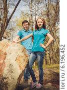 Молодой человек и девушка в одинаковых футболках в парке весной. Стоковое фото, фотограф Юлия Ротанина / Фотобанк Лори