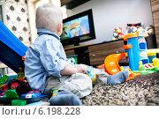 Купить «Boy watching tv», фото № 6198228, снято 23 июля 2018 г. (c) BE&W Photo / Фотобанк Лори