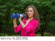 Спортивная молодая женщина с гантелями на природе. Стоковое фото, фотограф Natalia Bogdanova / Фотобанк Лори