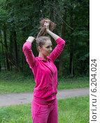 Девушка причёсывается в парке. Стоковое фото, фотограф Natalia Bogdanova / Фотобанк Лори