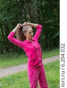 Девушка в спортивном костюме причёсывается в парке. Стоковое фото, фотограф Natalia Bogdanova / Фотобанк Лори