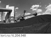 Купить «Крутонаклонный консольный штабелер на гусеничном ходу для перевалки угля», эксклюзивное фото № 6204948, снято 1 июля 2014 г. (c) Валерий Акулич / Фотобанк Лори