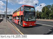 Двухэтажный экскурсионный автобус City Sihgtseeng идет по Кремлевской набережной в Москве, эксклюзивное фото № 6205580, снято 26 июля 2014 г. (c) lana1501 / Фотобанк Лори