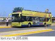Купить «Двухэтажный экскурсионный автобус на остановке в морском порту. Греция, Крит, Ираклион», эксклюзивное фото № 6205696, снято 22 июля 2014 г. (c) Алексей Гусев / Фотобанк Лори