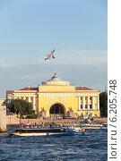 Здание Адмиралтейства и речные экскурсионные трамвайчики, Санкт-Петербург (2014 год). Редакционное фото, фотограф Кекяляйнен Андрей / Фотобанк Лори