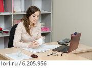 Купить «Управляющий компанией считает сумму взятки в конверте», фото № 6205956, снято 27 марта 2014 г. (c) Иванов Алексей / Фотобанк Лори