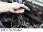 Ремонт двигателя автомобиля, форсунка в руке. Стоковое фото, фотограф Анатолий Типляшин / Фотобанк Лори