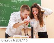 Купить «Студенты выполняют химический опыт», фото № 6208116, снято 1 апреля 2020 г. (c) Дарья Петренко / Фотобанк Лори