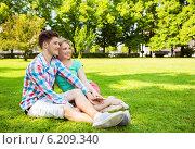 Купить «smiling couple in park», фото № 6209340, снято 7 июля 2014 г. (c) Syda Productions / Фотобанк Лори