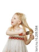 Купить «Девочка расчесывает волосы», фото № 6209584, снято 17 апреля 2012 г. (c) Владимир Сурков / Фотобанк Лори