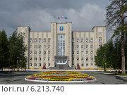 Купить «Здание администрации города Ноябрьска», фото № 6213740, снято 28 июля 2014 г. (c) Мария Козаченко / Фотобанк Лори