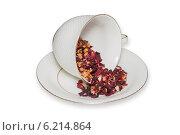 Чайная чашка с листьями фруктового чая на белом фоне. Стоковое фото, фотограф Александр Самолетов / Фотобанк Лори