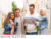 Купить «group of smiling friends with map and photocamera», фото № 6217052, снято 14 июня 2014 г. (c) Syda Productions / Фотобанк Лори