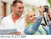 Купить «smiling couple with map and photocamera in city», фото № 6217060, снято 14 июня 2014 г. (c) Syda Productions / Фотобанк Лори