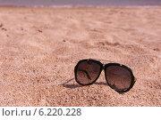 Песчаный пляж и солнцезащитные очки. Стоковое фото, фотограф OksanaOkss / Фотобанк Лори