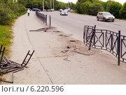 Проломленное ограждение тротуара в результате ДТП. Стоковое фото, фотограф Маркин Роман / Фотобанк Лори