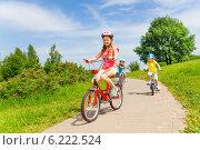 Купить «Девочки катаются на велосипедах», фото № 6222524, снято 1 июня 2014 г. (c) Сергей Новиков / Фотобанк Лори
